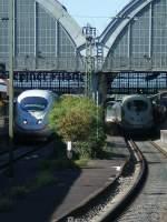 ice-3-br-403406/21091/einer-nach-sueden-der-andere-nach Einer nach Süden der andere nach Norden.2 ICE der 3.Generation treffen sich in Karlsruhe Hbf.(Martin)